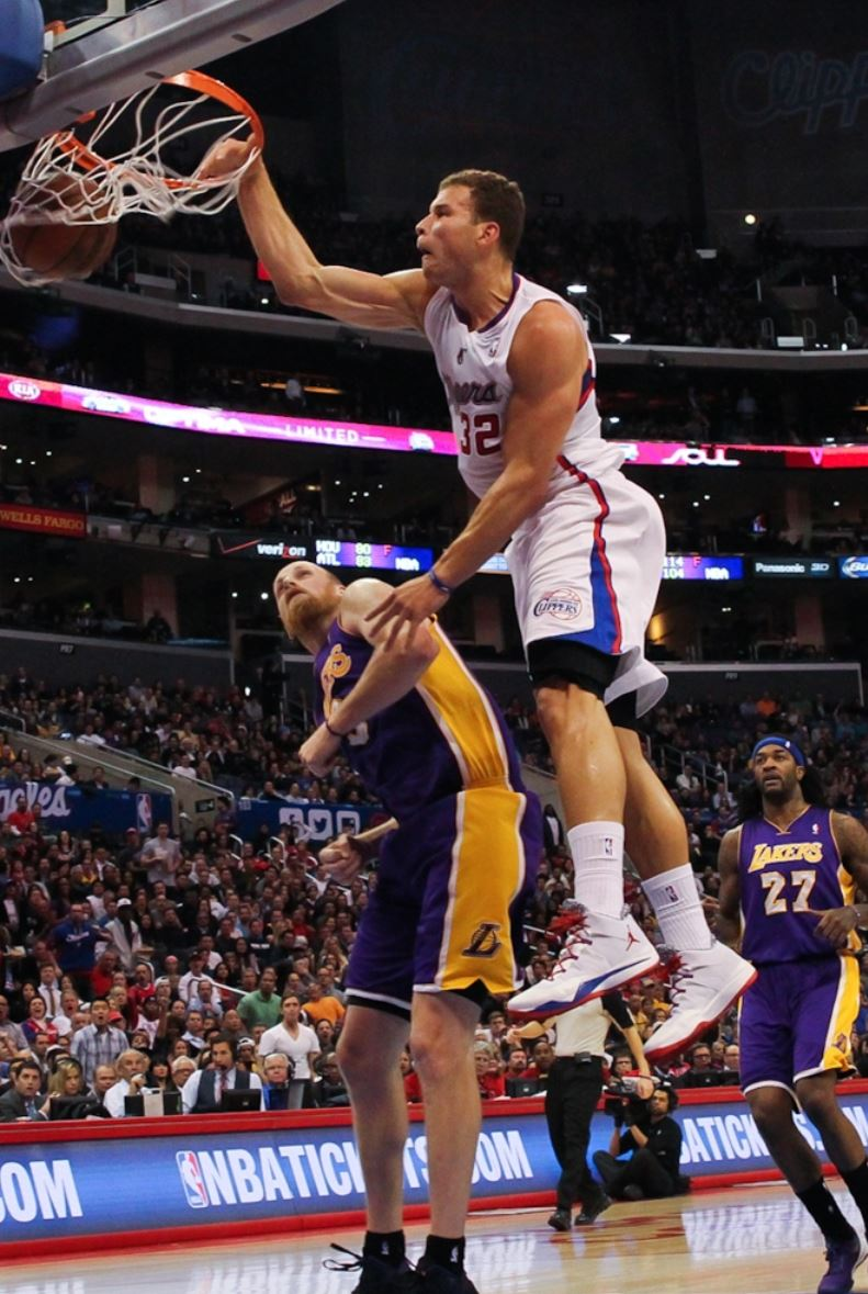 Blake Griffin tomahawk dunks as Chris Kaman shies away Clippers